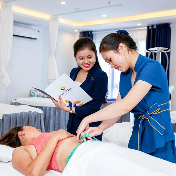 Hình ảnh khách hàng sử dụng dịch vụ triệt lông và spa, massage cao cấp tại Thẩm mỹ viện Quốc Tế Nevada